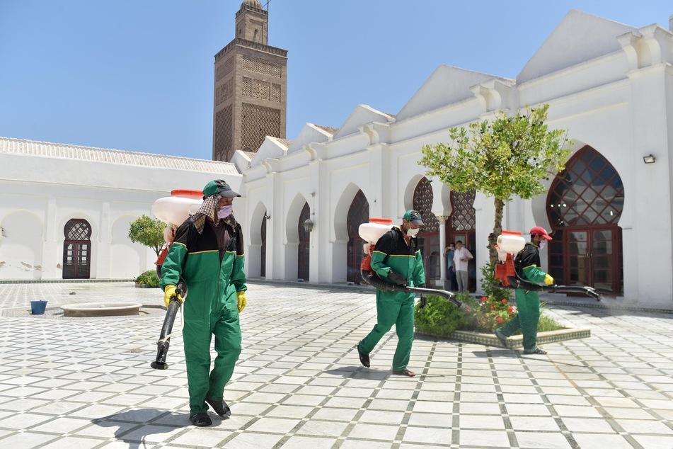 Mitarbeiter des Gesundheitswesens desinfizieren eine Moschee in der marokkanischen Stadt Sale.