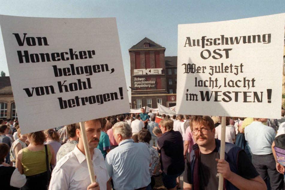 Mitarbeiter der SKET-Schwermaschinenbau GmbH in Magdeburg demonstrieren am im Juli 1992 mit Transparenten und Plakaten.
