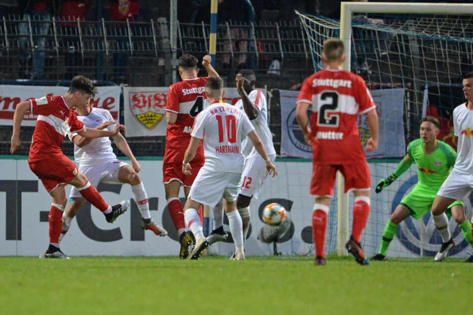 VfB Stuttgarts Lilian Egloff beim 0:1 gegen den Nachwuchs von RB Leipzig im DFB-Junioren-Vereinspokal.