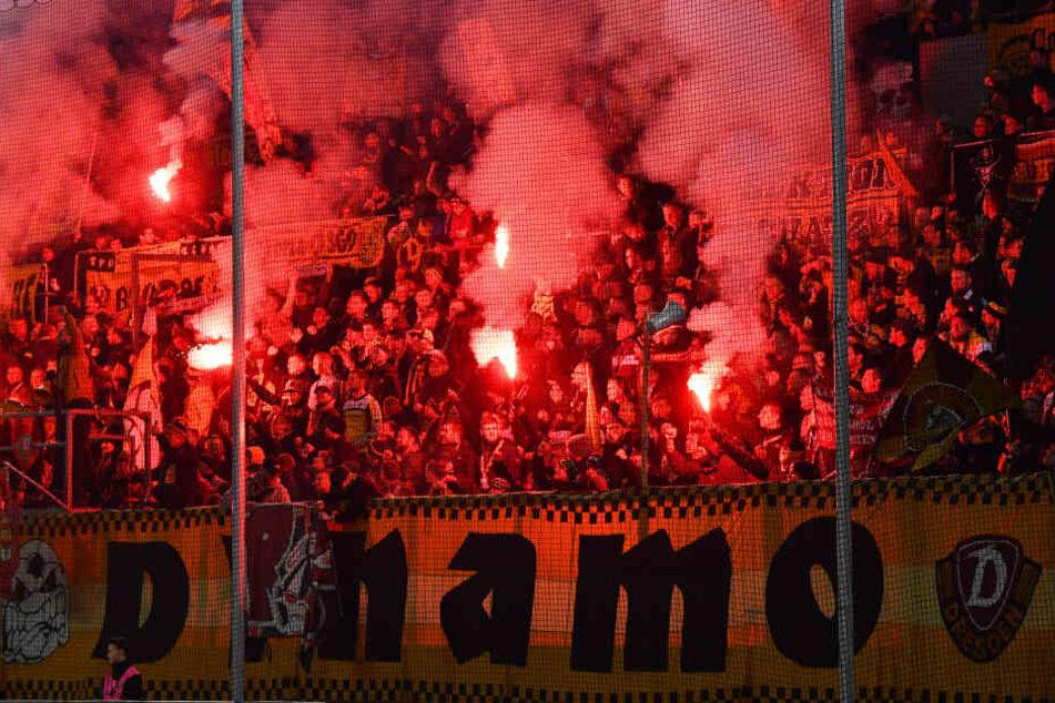 Vor dem Spiel und nach dem 1:0 zündeten die Dynamo-Fans zahlreich Pyro.
