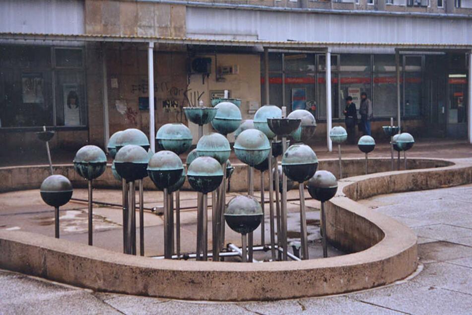 Nach der Wende verfiel der Kugelbrunnen, der einst das Versorgungszentrum des Yorckgebietes schmückte.