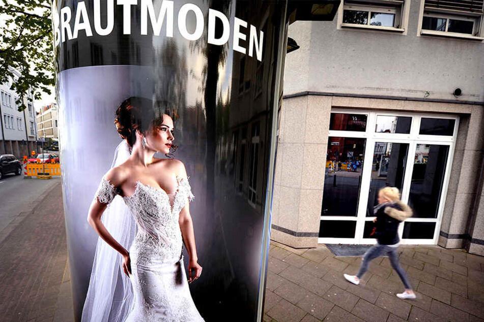 Noch hängt die Werbung vor dem Brautmoden-Geschäft.