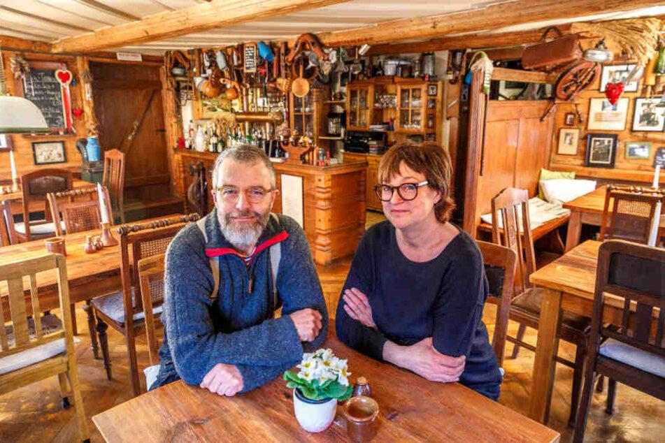 Nach mehr als 30 Jahren ist nun Schluss: Heike (57) und Frank Brendel (58) suchen einen Nachfolger für das liebevoll renovierte Umgebindehaus und Restaurant.