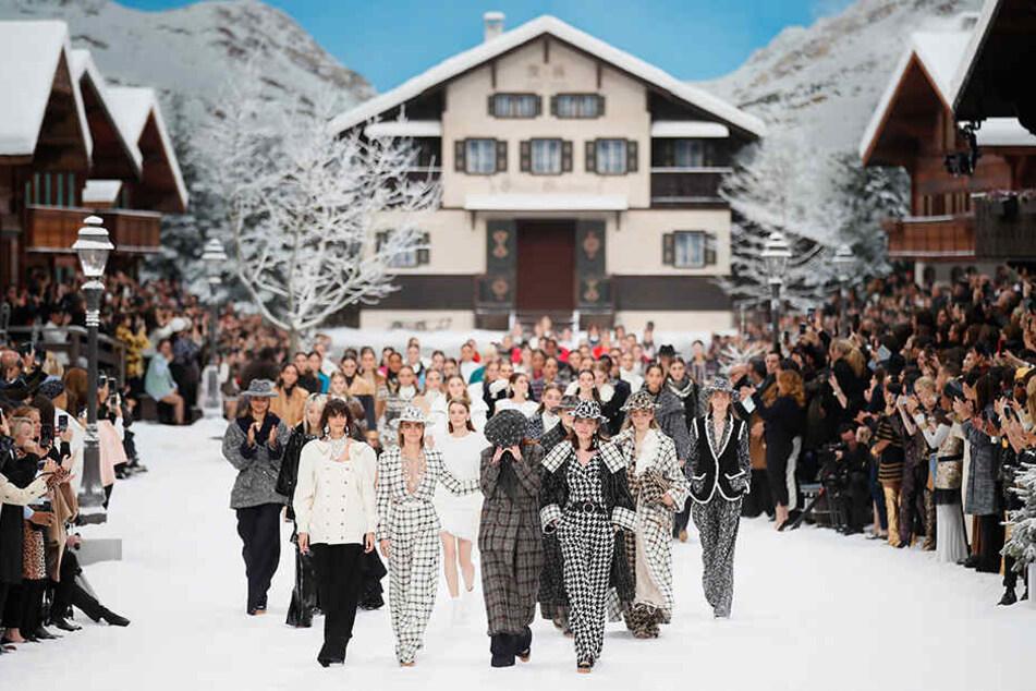 Die Models präsentieren Kreationen von Chanel aus der Herbst-Winter 2019/2020 Ready-to-Wear-Kollektion auf der Paris Fashion Week.