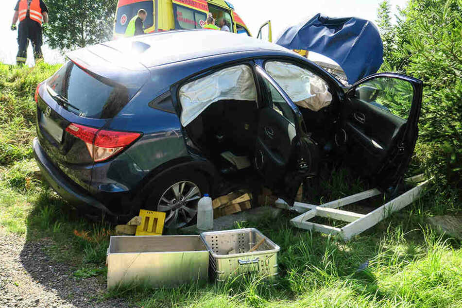 Der Fahrer des Hondas wurde bei dem Unfall schwer verletzt.