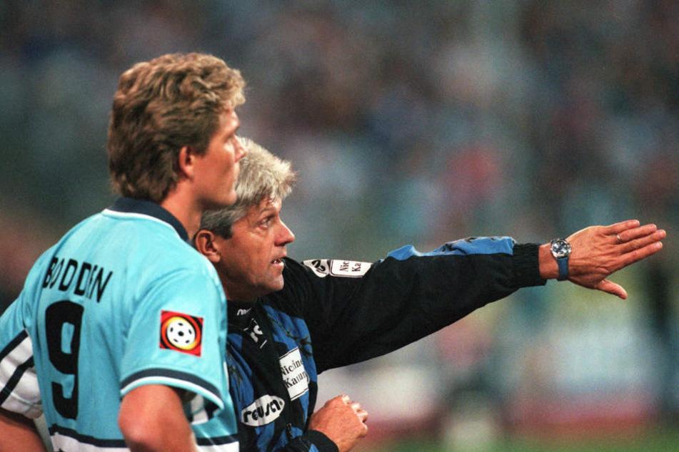 Auld Lang Syne: Werner Lorant wechselt am 3. Oktober 1997 Löwen-Stürmer Olaf Bodden ein. (Archiv)