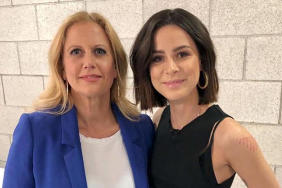 Barbara Schöneberger (l.) und Lena Meyer-Landrut (r.) stehen backstage und schauen in die Kamera. (Archivbild)