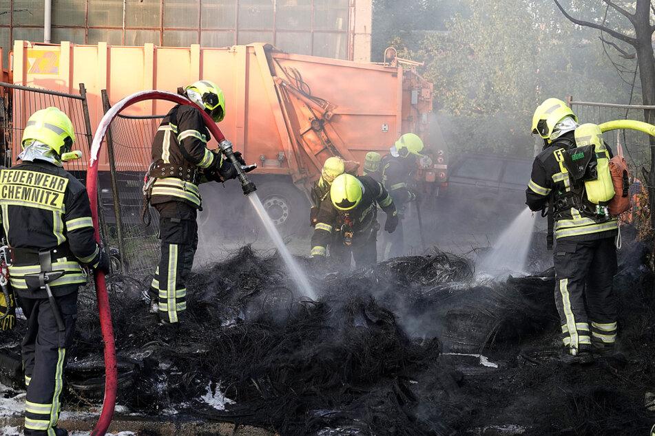 Am Sonntagabend brach in einem Altreifenlager ein Feuer aus.