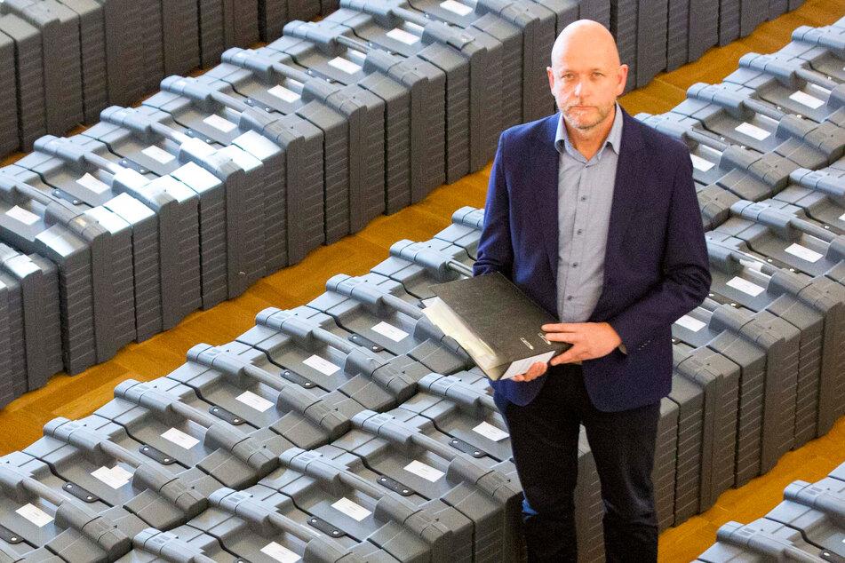 Kreiswahlleiter Markus Blocher (52) mit den gesammelten Dokumenten der 558 Dresdner Wahllokale.