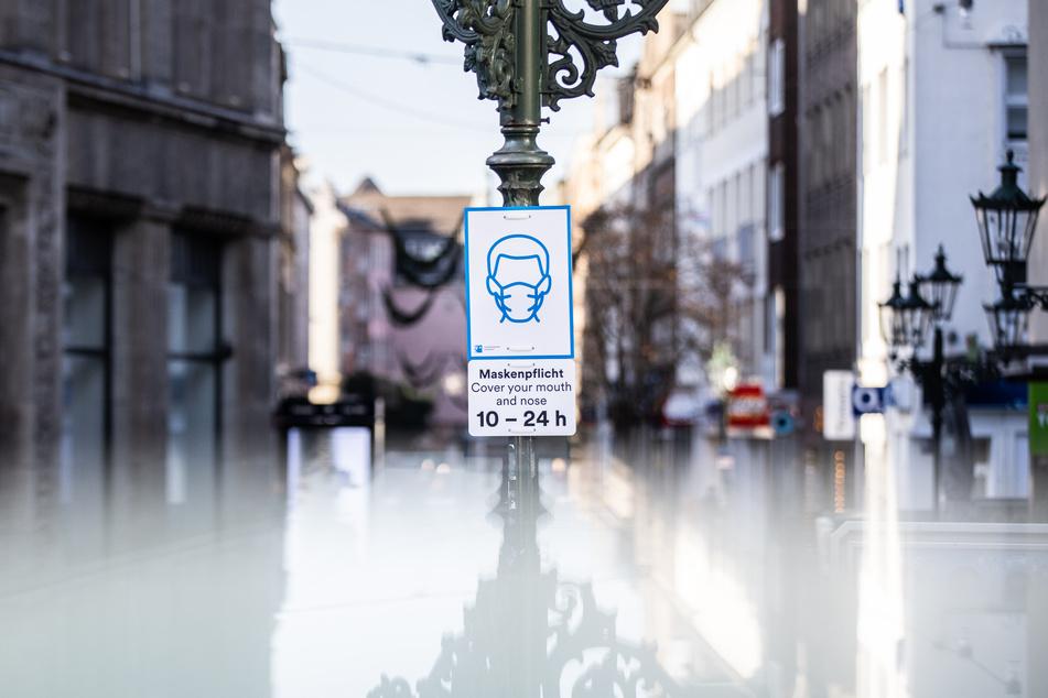 Die neue generelle Maskenpflicht in Düsseldorf ist rechtswidrig. Das hat das Verwaltungsgericht Düsseldorf entschieden.