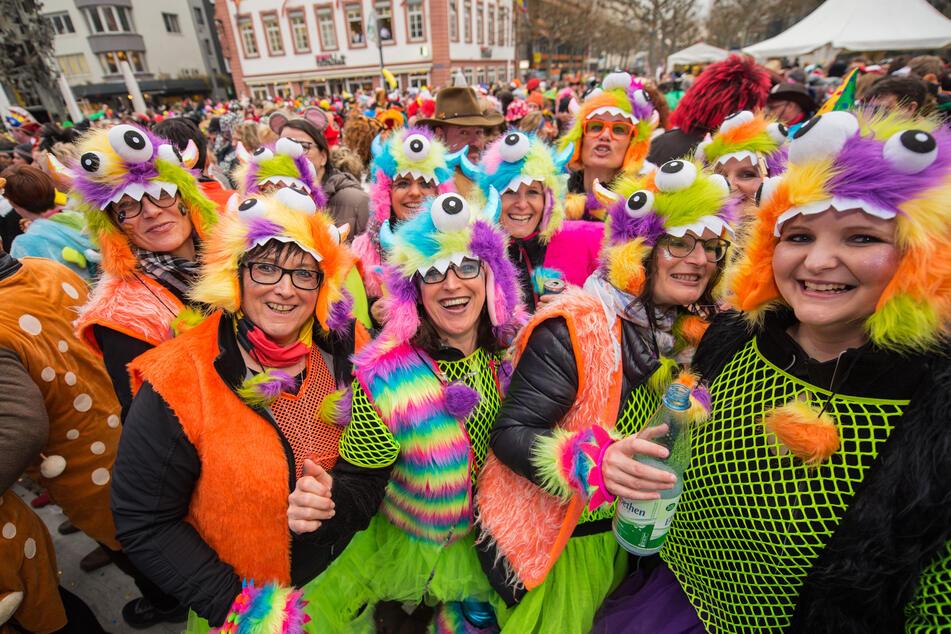Eine Gruppe Frauen in Fantasiekostümen feiert in Mainz ausgelassen zu den Klängen der Musik.