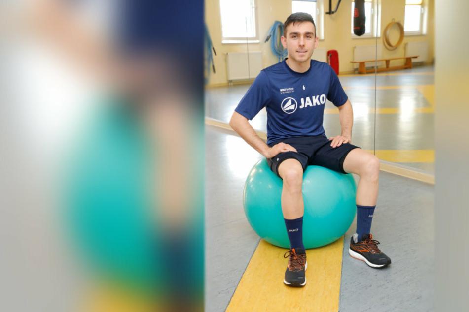 Ioannis Karsanidis auf einem Gymnastikball.