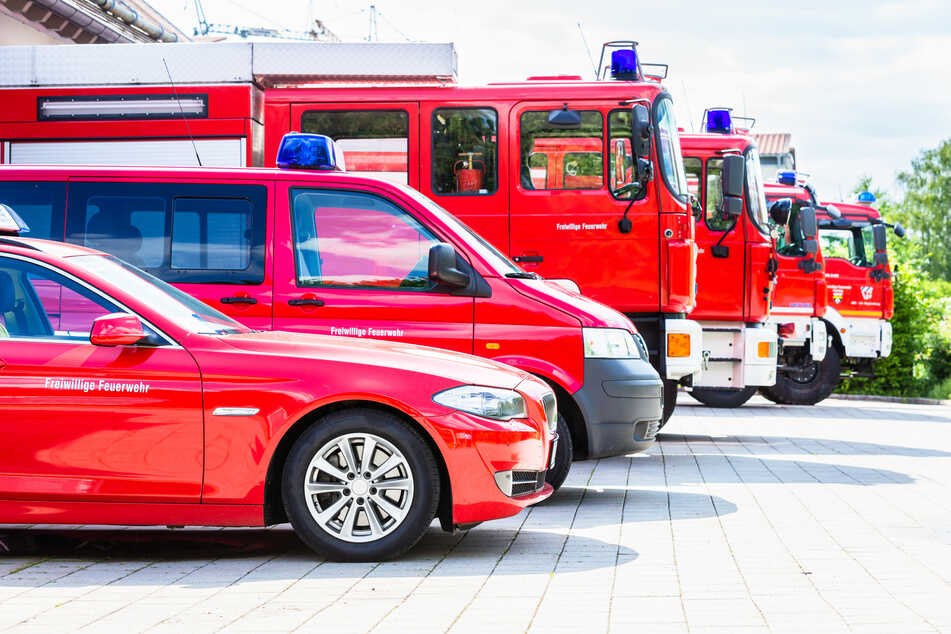 Großfeuer auf Schrottplatz: 1300 Quadratmeter Müll in Flammen