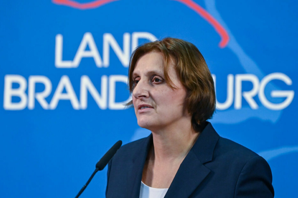 Brandenburgs Bildungsministerin Britta Ernst (59, SPD) hält trotz der Einschränkungen des Schulunterrichts durch die Corona-Pandemie an den Prüfungen in den Abschlussklassen zu zentralen Terminen fest.