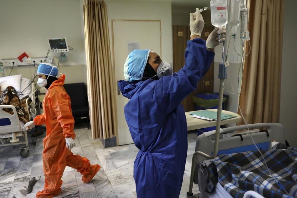 """Krankenschwestern in Schutzanzügen arbeiten auf einer Station mit Corona-Patienten im Krankenhaus """"Shohadaye Tajrish Hospital"""" in Teheran."""