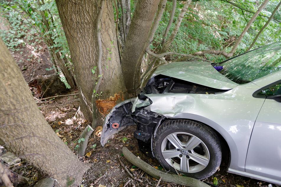Auto knallt frontal gegen Baum: Zwei Verletzte
