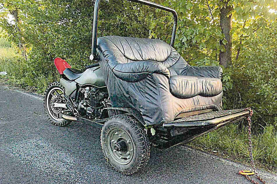 Irres Gefährt! Die Polizei sucht den Fahrzeughalter eines motorisierten Sofas.