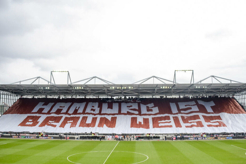"""Beim Stadt-Derby hatten Fans von St. Pauli ein Banner mit der Aufschrift """"Hamburg ist braun weiss"""" über eine Tribüne gezogen."""