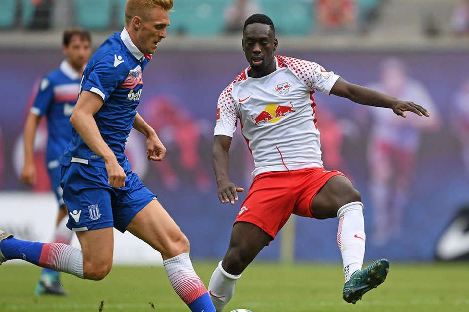 Jean-Kévin Augustin im Duell mit Stoke Citys Darren Fletcher. Augustin wird im Spiel gegen Dorfmerkingen dabei sein.