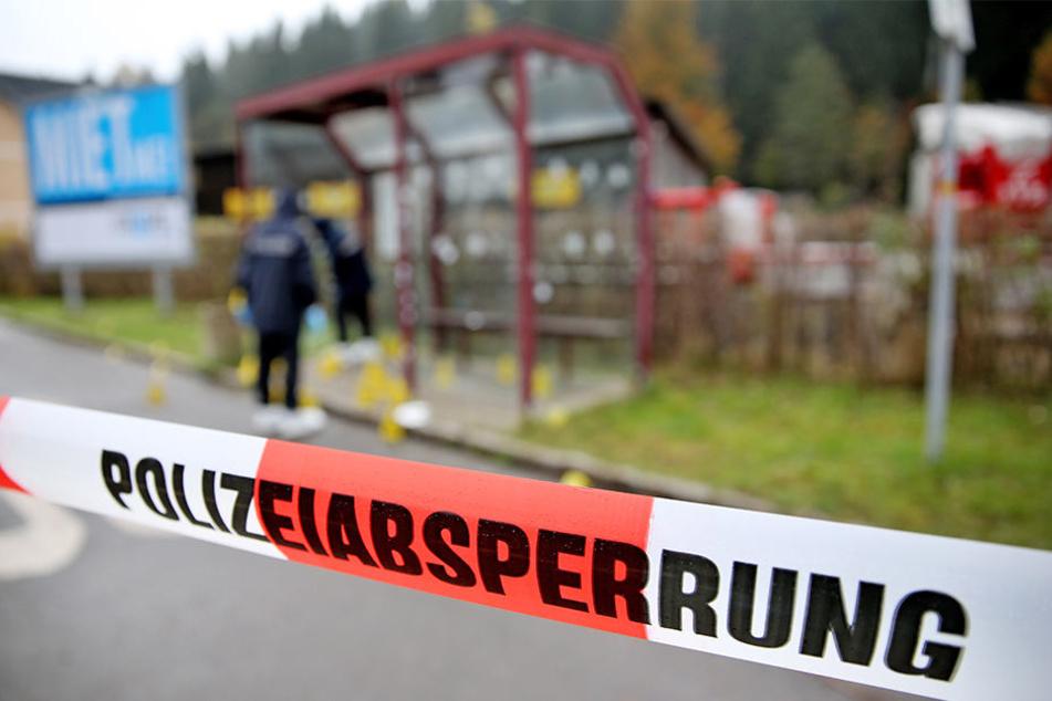 """""""Niemand muss Bulle sein!"""" und """"Bildet euch. Bildet andere. Bildet Nazibanden!"""" - Die Plakate stellen die sächsische Polizei vor ein Rätsel."""