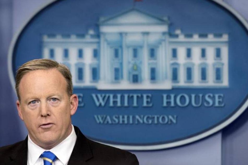 So könnte Sean Spicer (45) aus der Röhre geguckt haben, als er seinen Faux-Pas bemerkte...