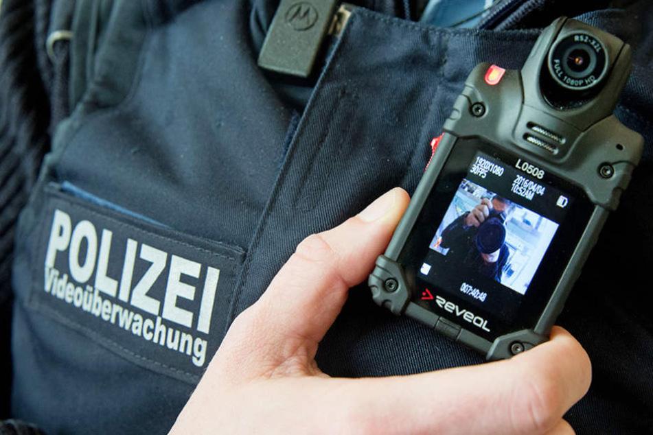 Die Bodycams sollen mögliche Angriffe auf Polizisten verhindern, da mit laufender Kamera die Aggressivität oft abnimmt.