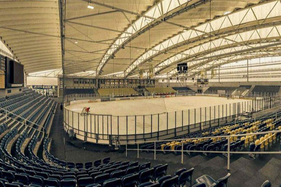 """Ein Blick in die Chemnitzer Eissporthalle: ein Beispiel für die """"Ostmoderne""""."""