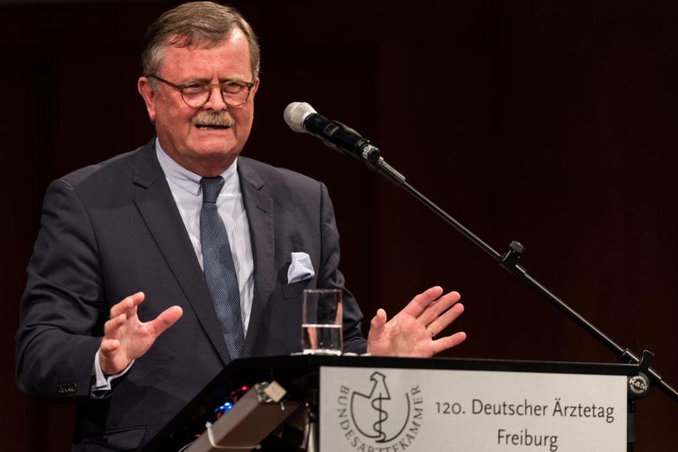 Ärztepräsident Frank Ulrich Montgomery ist über die Angriffe auf Krankenhauspersonal entsetzt.