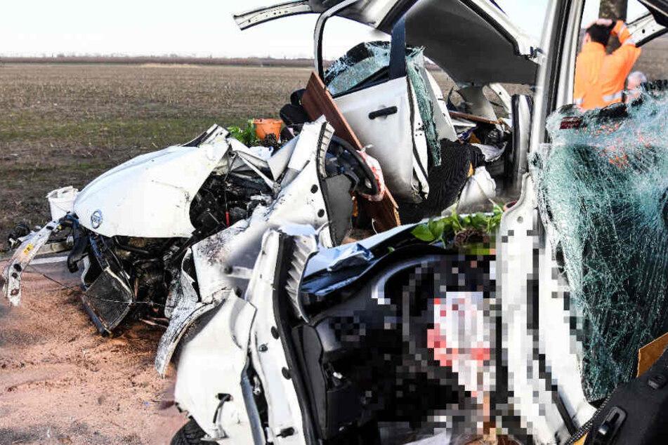 Junge Mutter schwer verletzt und eingeklemmt: Auto kracht auf L90 gegen Baum