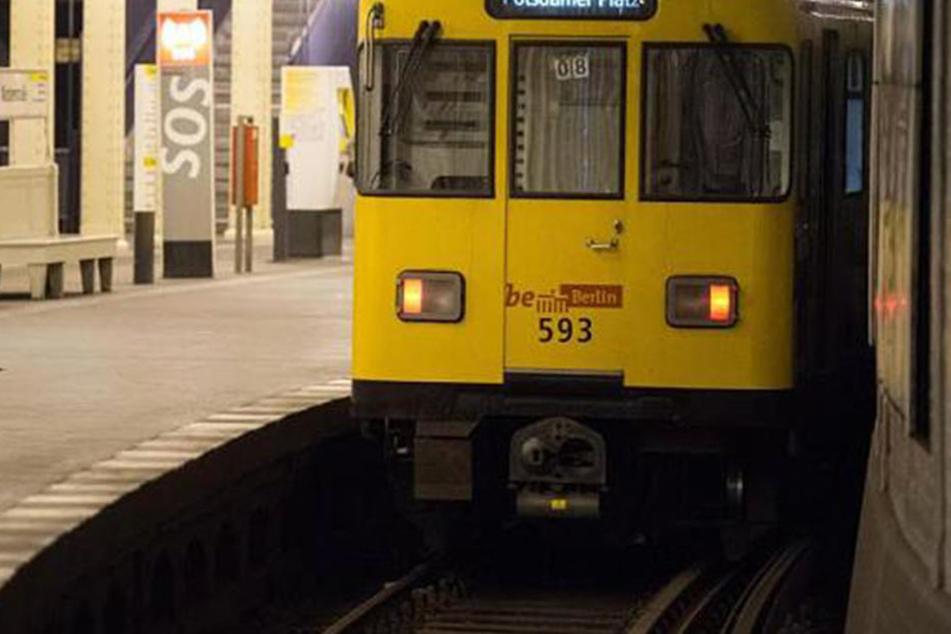 In einer Berliner U-Bahn soll der Fahrer eine Gruppe Afrikanerinnen heftig beleidigt haben.