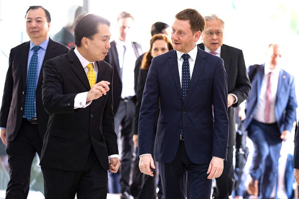 Michael Kretschmer (re.) wurde von Firmenboss Vincent Chong beim Elektronik-, Luftfahrt- und Rüstungsbetrieb ST Engineering begrüßt.