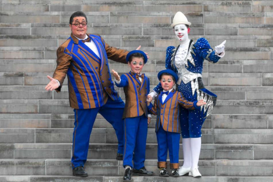 Clown Totti Alexis (37, l.) bringt mit Frau Charlotte (34) und den Söhnen Charlie (8, 2.v.l.) und Maxim (4) das Publikum zum Lachen.
