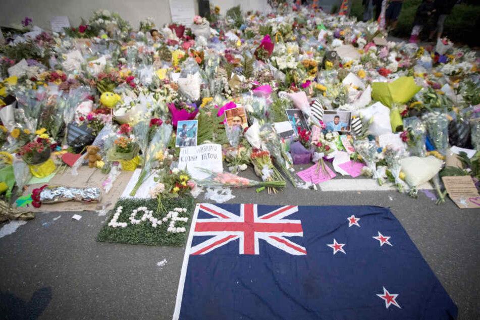 Vor der Al-Nur-Moschee liegen eine Fahne Neuseelands und Blumen, um der Opfer des rassistisch motivierten Terroranschlags zu gedenken.