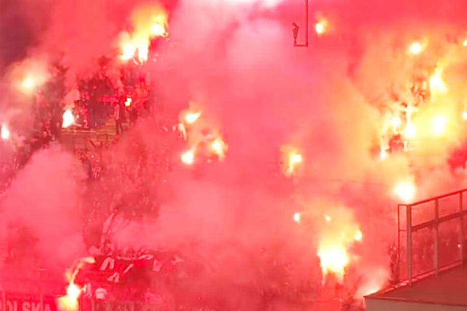 Vermummte Cracovia-Krakau-Anhänger sorgten für ein wahres Fackelmeer im Derby Krakowa.