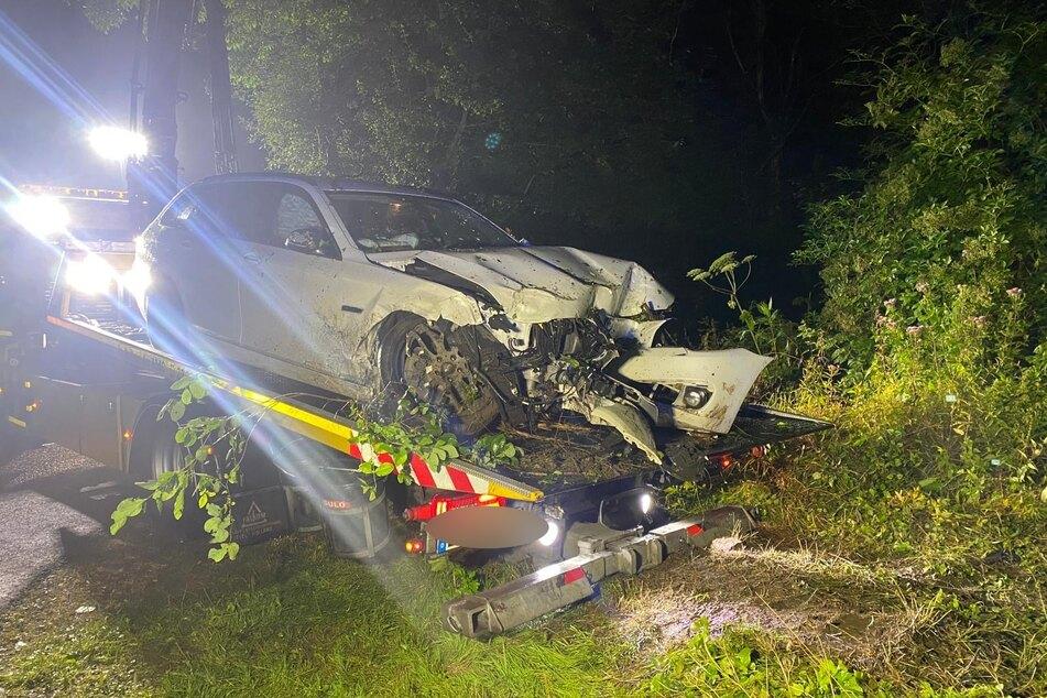 Das Auto war von der Straße abgekommen und schwer zerstört worden. Insassen waren zunächst unauffindbar.