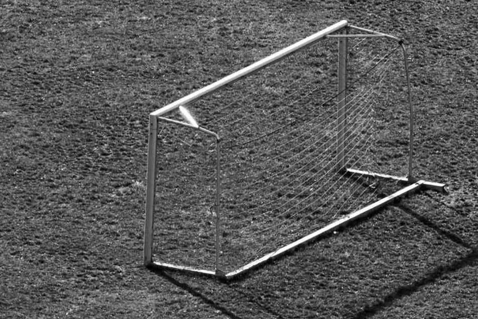 Während einer Fußballpartie in Dessau-Roßlau brach ein Spieler auf dem Feld zusammen. Wenig später verstarb der Mann (Symbolbild).