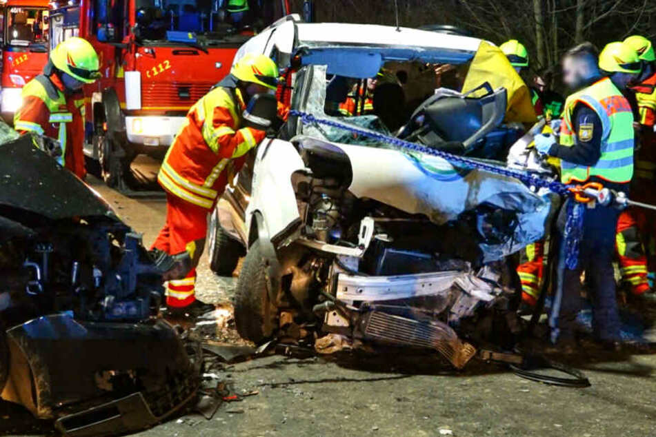 Fiat kracht frontal in VW: Mann stirbt eingeklemmt in Wrack