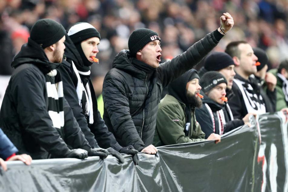 Hunderte Eintracht-Fans betraten kurz vor dem Anpfiff aus der Nordwestkurve kommend das Stadioninnere und positionierten sich hinter den Werbebanden.
