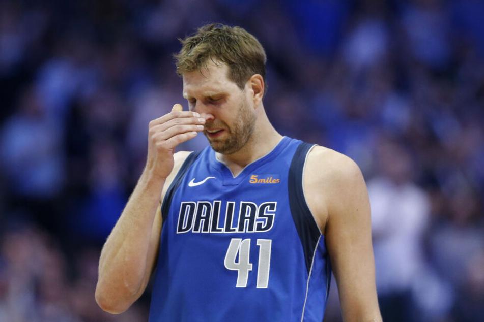 Dirk Nowitzki stehen nach dem Abspielen eines emotionalen Abschiedsvideos die Tränen in den Augen.