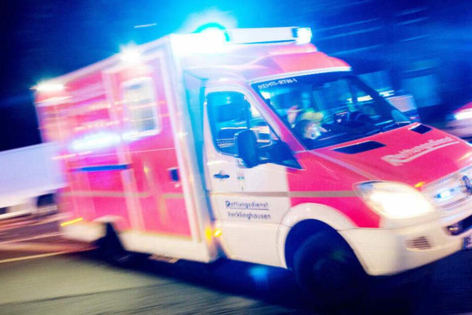 Die Frau wurde in einem Rettungswagen behandelt. (Symbolbild)