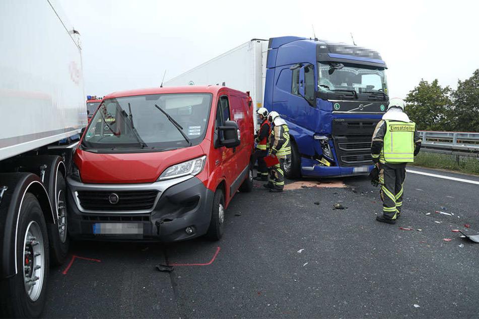 Auf der A4 krachte es zwischen zwei Lkw und einem Kleintransporter.