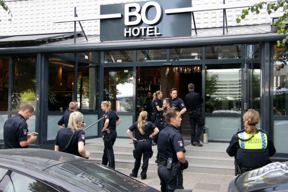 Polizeibeamte stehen vor dem Hotel in Hammerbrook.