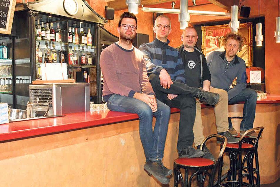 """Johannes Gerstengarbe (36, """"Wir gestalten Dresden""""), TBA-Betreiber Christoph Töpfer (43), Steffen Kache (45, Distillery) und Stadtrat Torsten Schulze (49, v.l.) kämpfen für das Ende der Sperrstunde."""