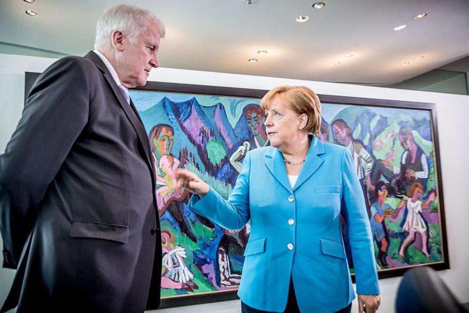 Angespannte Stimmung: Bundeskanzlerin Angela Merkel (CDU) spricht mit Horst Seehofer (CSU), Bundesminister für Inneres, Heimat und Bau,