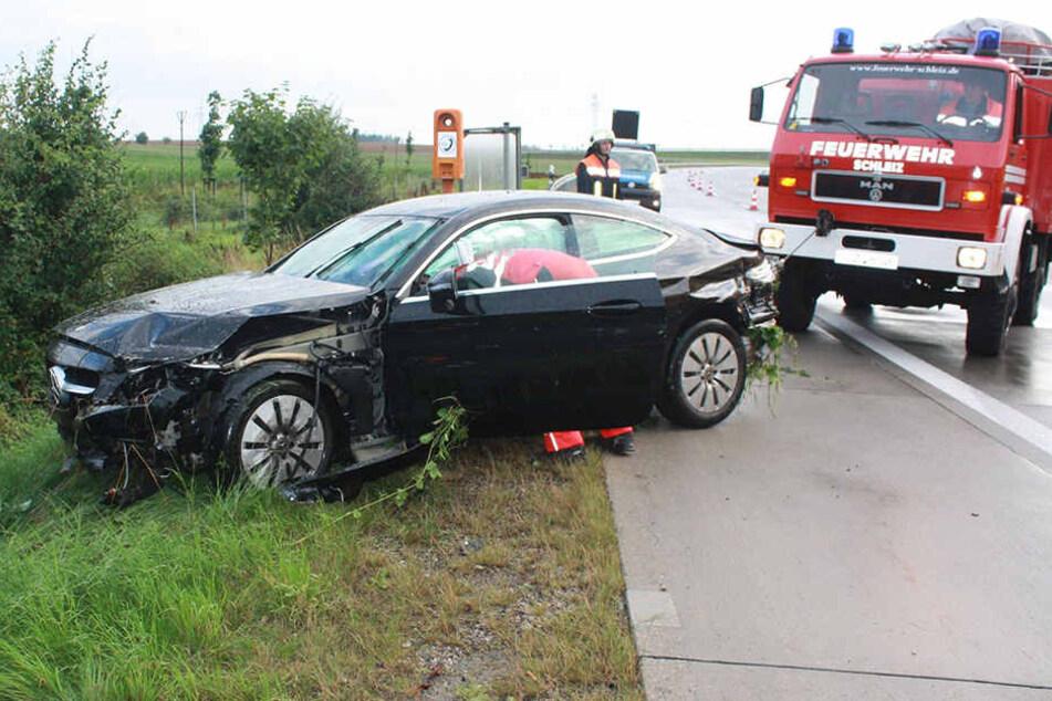Die Feuerwehr zog den Mercedes mit einem Rüstwagen zurück auf die Autobahn.