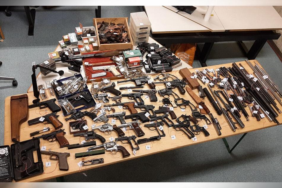 In Wien wurden zahlreiche Waffen in einer Wohnung sichergestellt.