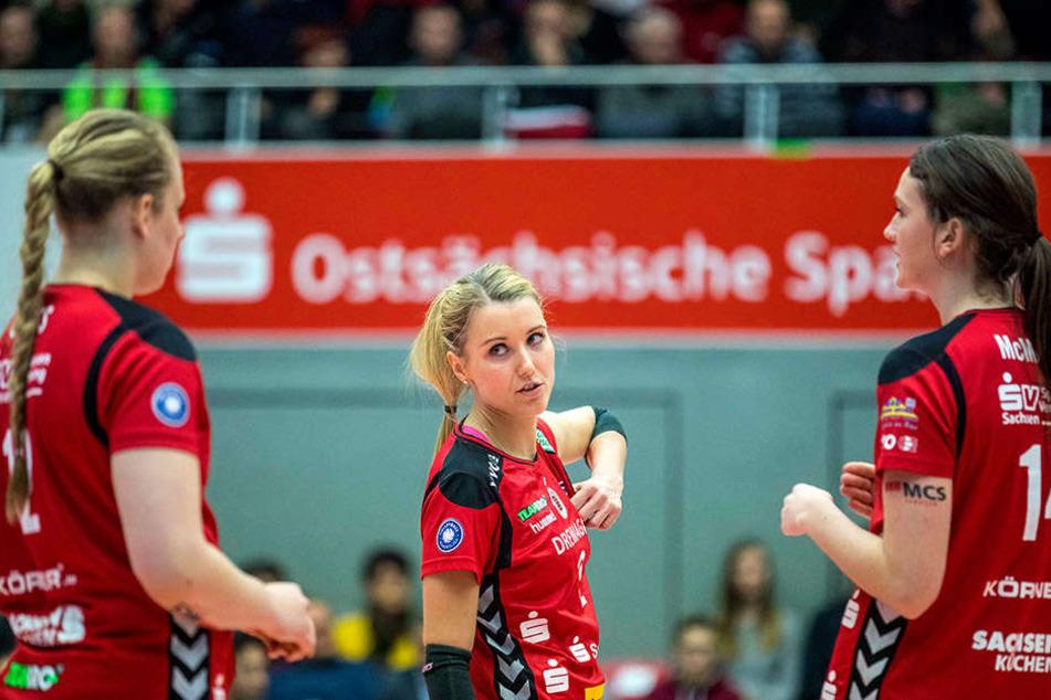 Zuspielerin Mareen Apitz (Mitte) bespricht sich mit ihren Mitspielerinnen. Morgen fliegen die DSC-Volleyballerinnen zur Champions League nach Istanbul.