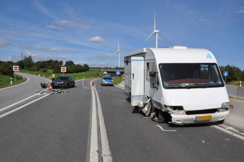 Der in den Niederlanden zugelassende Camper musste zusammen mit dem VW Golf abgeschleppt werden.