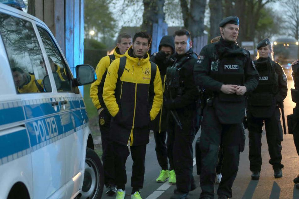 Die Spieler stehen nach dem Anschlag verängstigt neben der Polizei.