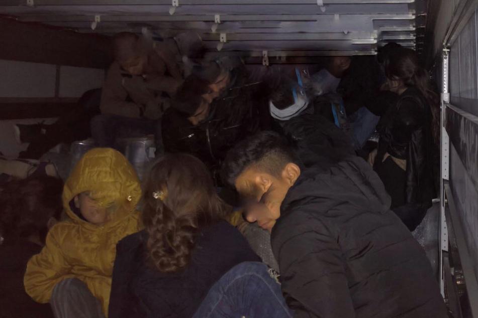 51 Migranten auf der Ladefläche eines Lkws bei Frankfurt/Oder.